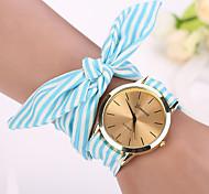 preiswerte -Geneva Damen Quartz Armbanduhr Armband-Uhr Mehrfarbig Stoff Band Charme Blume Retro Kleideruhr Modisch Schwarz Weiß