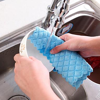 os pratos verificaram o limpador de têxteis na cozinha cor aleatória